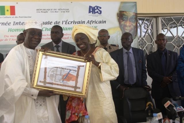 De gauche à Droite(Cheikh H.KANE et Mme le Premier ministre, Aminata Toure) lors de la journée internationale de l'écrivain africain à Dakar.