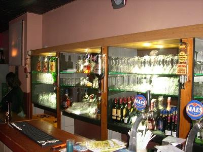 Un restaurant devant une boutique(image d'archives).