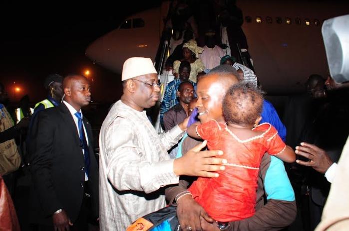 Le président Macky Sall à l'acceuil des Sénégalais, Guinées et Maliens rapatriés de la RCA, lors de leur descente à l'Aéroport Léopold Sédar Sénghor